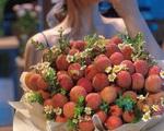 Bó hoa làm từ vải thiều giá gần 1 triệu đồng, hành động đẹp khiến nhiều chị em 'tan chảy'