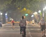 Hà Nội: Người dân 'né chốt', nửa đêm đến hồ Gươm tập thể dục dù công an canh gác xuyên đêm
