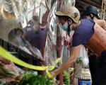 Tiểu thương Hà Nội giăng nilon phòng dịch, ngăn cách tiếp xúc người mua hàng