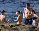 Tin COVID-19 mới nhất: Người dân nước này thoải mái ra biển tắm nắng, trẻ em dưới 18 tuổi được tiêm vaccine