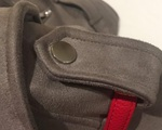 Tác dụng bất ngờ của nút khuy cài trên vai áo