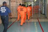 Quên đóng cổng nhà tù, hàng chục phạm nhân trốn thoát