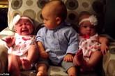Khoảnh khắc cực đáng yêu bé 2 tuổi với 2 em gái sinh đôi