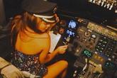Cơ trưởng mất việc vì để ca sỹ ngồi vào ghế lái khi đang bay
