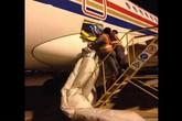 Dám mở cửa thoát hiểm máy bay để… hít khí trời