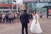 Đùa quá đà khi chụp ảnh cưới, cô dâu bị chú rể bỏ rơi