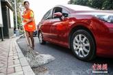 Công nhân dọn vệ sinh Trung Quốc đi làm bằng ôtô riêng