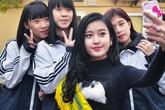 Huyền My mặc nguyên bộ màu đen về thăm trường cũ