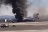 Khoảnh khắc kinh hoàng máy bay Anh chở 172 người bốc cháy dữ dội