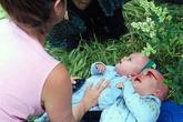 Cặp song sinh 1 tuổi thoát chết dù bị hất tung lên trời