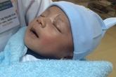 Bé trai bị đâm xuyên não ngủ ngoan khi xuất viện