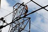 """Nam thanh niên """"múa"""" trên đường điện cao thế ở Sài Gòn"""