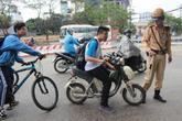 Không đội mũ bảo hiểm, hàng loạt học sinh bị phạt