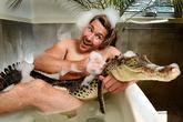 Kinh hãi người đàn ông tắm chung bồn với cá sấu và trăn khổng lồ