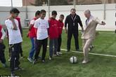 Thái tử Anh đá bóng với trẻ em