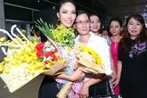 Mẹ Lan Khuê bật khóc khi đón con ở sân bay
