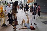 Bị bạn trai chia tay, cô gái gào khóc, nằm ăn vạ giữa đường