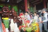 Trèo lên tượng Phật để cầu may ngày mùng 2 Tết