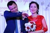 Tự Long liên tục đưa tay quệt mồ hôi vì cưới giữa mùa hè nóng bức