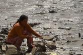 Xác nam giới nổi giữa 2 sà lan trên sông Sài Gòn