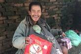 Hạnh phúc nghẹn ngào của cụ ông không nhà lần đầu tiên được tặng bánh trung thu