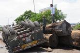 Xe chở gỗ lật nhào, người đi đường một phen thót tim