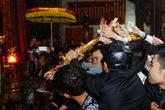 Cướp kiếm, giật hoa quả trên bàn thờ lễ khai ấn đền Trần