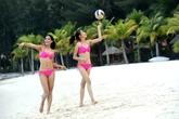 Nguyễn Thị Loan mặc bikini chơi bóng chuyền trên bãi biển