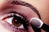 Trang điểm mắt: Đừng tán phấn quá đậm, chuốt mi dày cộp