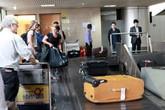 """Vụ vali bị rạch bung bét khi xuống máy bay: Nhân viên đã xếp""""lộn hàng""""?"""