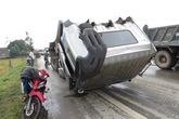 Dùng xa beng cạy cửa xe cứu tài xế sau tai nạn kinh hoàng