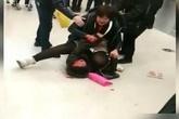 Xin được nhường đường, cụ bà bị người phụ nữ đánh đập dã man