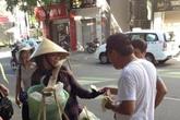 """Bắt tại trận khách Trung Quốc """"ăn cắp"""" chuối của người bán rong"""