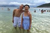 Chuyện tình vĩnh cửu của cụ bà 87 tuổi mặc áo tắm, nắm tay chồng ra biển