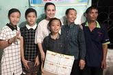 Hồ Văn Cường được bà con làng xóm chào đón khi về quê