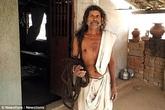 Người đàn ông tóc dài gần 19 m