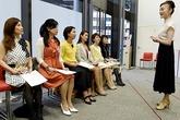 Phụ nữ Nhật chi hàng nghìn đô học đi giày cao gót