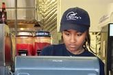 Con gái út Tổng thống Obama làm phục vụ nhà hàng