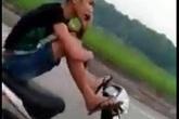 Thanh niên vừa lái xe bằng chân vừa gọi điện… khoe mẹ