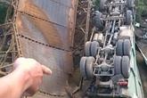 Xe tải chở quá tải làm sập cầu, một học sinh nguy kịch