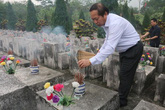 Nén tâm nhang của Bộ trưởng tại nghĩa trang liệt sĩ Vị Xuyên