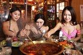 Gái trẻ mặc bikini ăn lẩu khiến quán ăn đông khách gấp bội