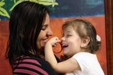Bé gái mù lần đầu tiên nhìn và nghe được giọng nói của mẹ