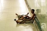 """Hà Nội: """"Chui"""" xuống hầm đi bộ ngủ trưa trốn nắng nóng gay gắt như đổ lửa"""
