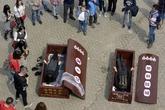 Trào lưu giả chết trong quan tài ở Trung Quốc gây sốc