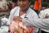 Đà Nẵng: Bé sơ sinh bị bỏ trong thùng rác bên bãi biển