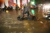 """TP.HCM: Đường biến thành """"sông"""", xe máy """"chết sặc"""" sau cơn mưa lớn"""