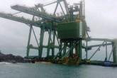 """3 giàn cẩu """"khủng"""" của Formosa trôi dạt vào vùng biển Quảng Bình"""