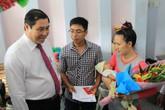 Đà Nẵng: Em bé chào đời, lãnh đạo đến tận nhà trao giấy khai sinh