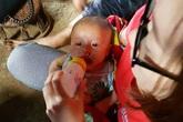 Hoàn cảnh đáng thương của bé trai 4 tháng tuổi sống côi cút với ông nội